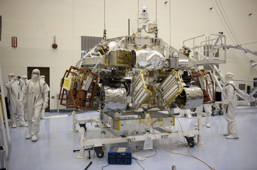 Curiosity and Descent Stage during final Processing - Photo: NASA Kennedy