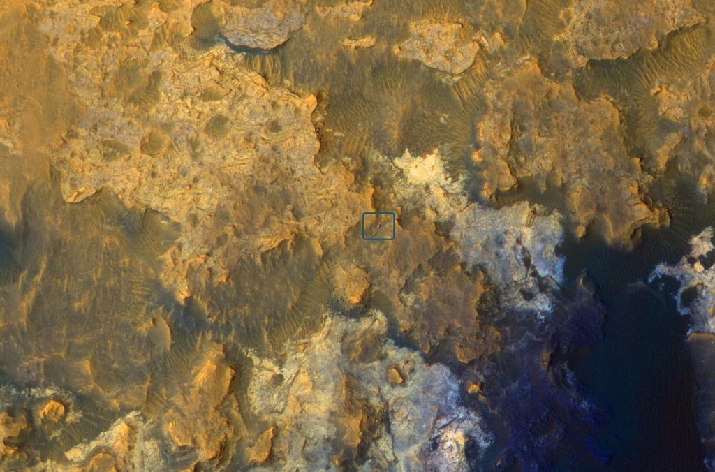 Mars Reconnaissance Orbiter Image of Curiosity inside Artist's Drive - Image: NASA/JPL/Caltech/University of Arizona